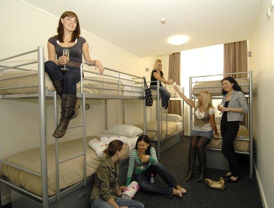 Base Backpackers: Base Sydney 6 Bed Dorm Ensuite