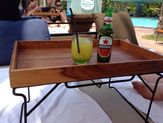 Potato Head Beach Club: Our drinks on a tray table on our sun bed