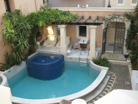 Palazzo Rimondi : View of the roman pool in the courtyard from the balcony of room 105