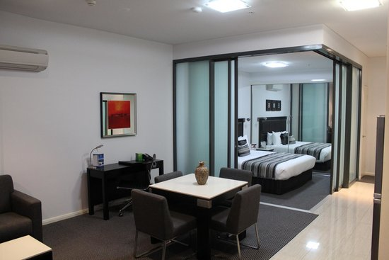 Meriton Suites Campbell Street, Sydney : Desk and Bedroom