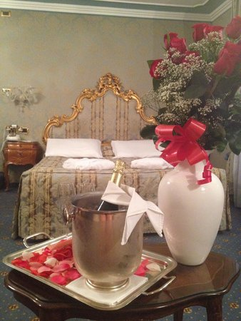 Al Ponte Antico Hotel: A special welcome in our room from my husband
