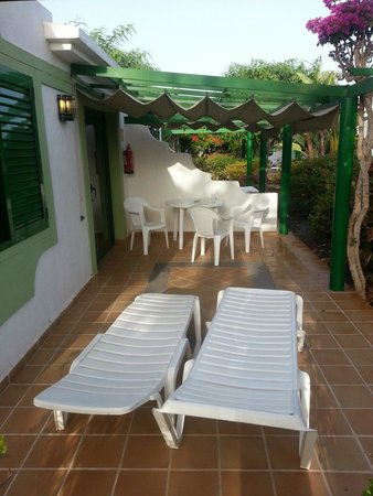 Bungalows Cordial Sandy Golf: Patio with table and chairs and sun loungers