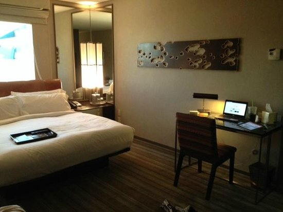 MGM Grand Hotel and Casino: bed + desk
