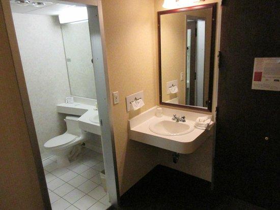 Howard Johnson Middletown Newport Area : Deux espaces lavabos