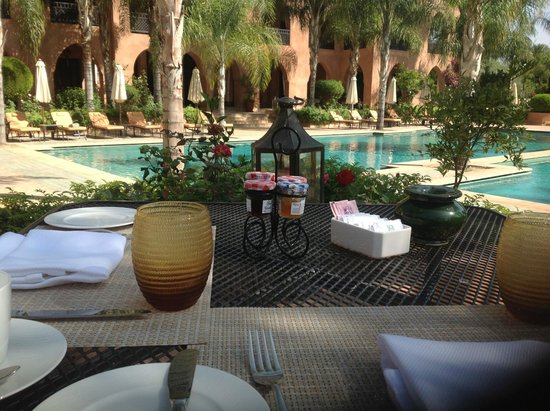 Palais Aziza & Spa: Breakfast by the pool