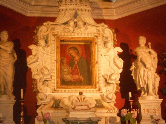 Our Lady of the Rocks : икона Девы Марии их 2 одна из них вышита волосами