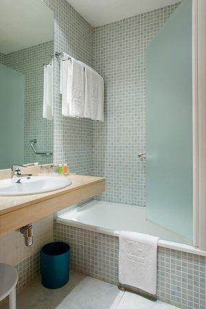 NH Valencia Las Ciencias: Bathroom