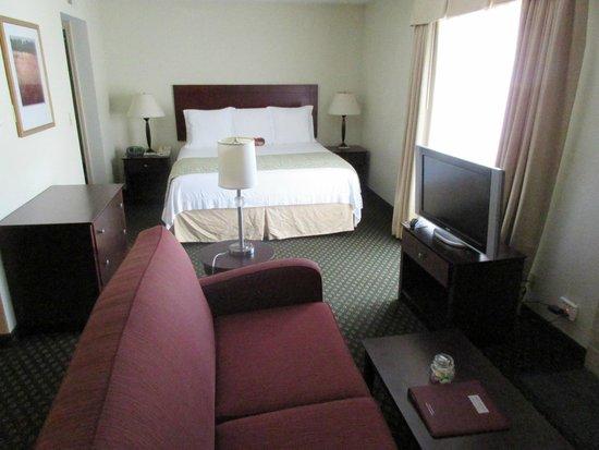 New Haven Village Suites: Le lit avec ses 8 oreillers !