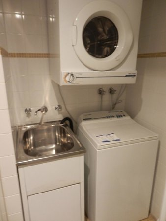 Waldorf South Sydney Serviced Apartments: Bathroom/laundry complete with 2 free sachets of washing powder