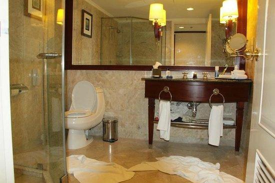 Le Meridien Kota Kinabalu : bathroom
