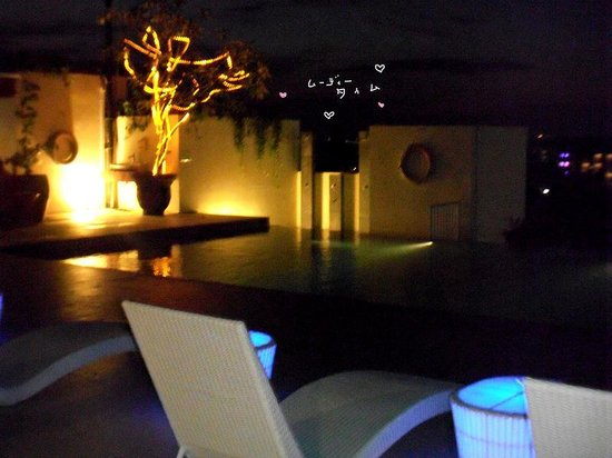 Atanaya Hotel: 夜の屋上のプール
