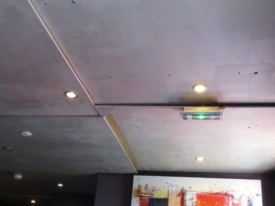 Hotel Disini : le plafond du couloir et ses étranges plaques de médium
