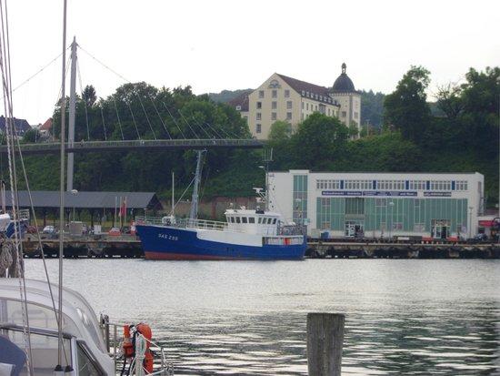 Kurhotel Sassnitz: Blick vom Hafen zum Hotel