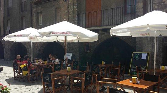 L'englantina Bar Tapas: terrassa a la plaça medieval