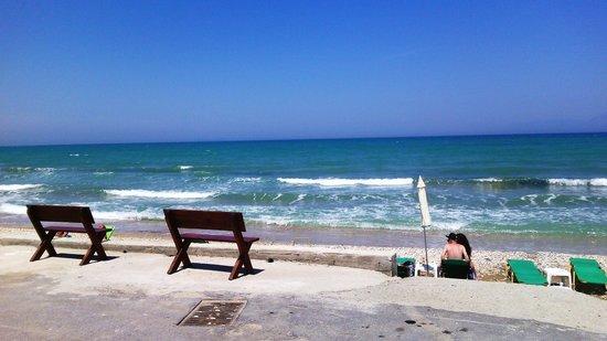 Tassos Apartments: пляж Ахарави