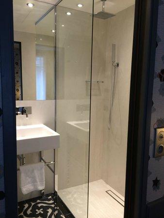 Hotel Signature St Germain des Prés : Walk in shower