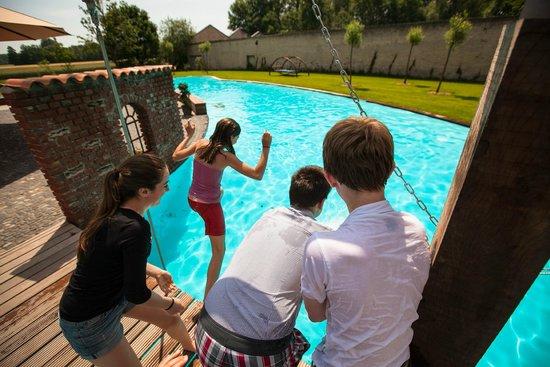 Hof Beverland: Abkühlung finden Hotelgäste an heißen Tagen im Pool des Landhotels Beverland