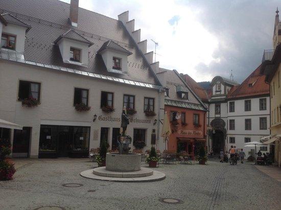 Restaurant Aquila: столики на улице выходят на маленькую живописную площадь