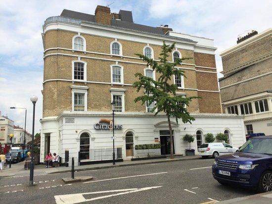 Citadines South Kensington : Vue de l'hôtel depuis la rue