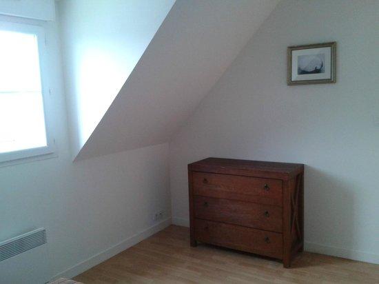 Résidence Les Terrasses de Pentrez : Commode de la chambre