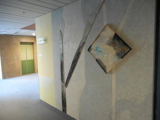 Albornoz Palace Hotel : opera d'arte nel corridoio - 2