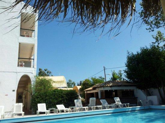 Feakio Hotel: Zwembad en de bar.