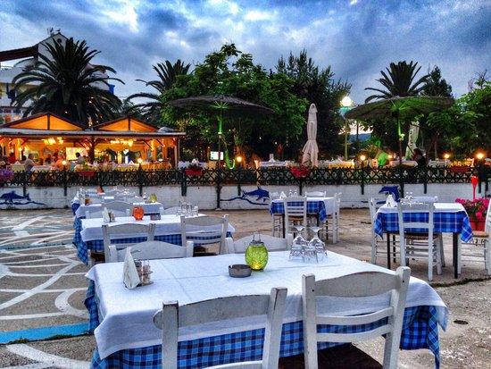 Taverna Savvas: Açık hava masaları.