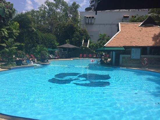 Royal Orchid Sheraton Hotel & Towers : garden pool
