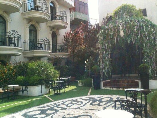 Sura Design Hotel & Suites: внутренний двор отеля