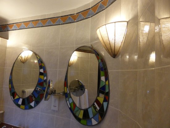 Amboseli Serena Safari Lodge : Bathroom deco