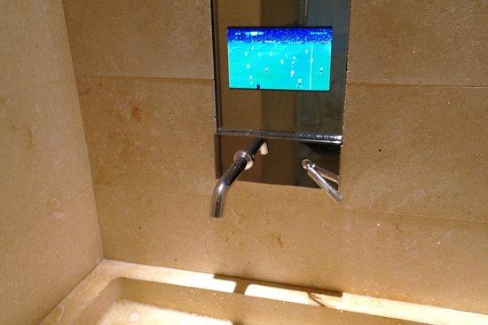 C-Hotel & SPA : lavandino con TV