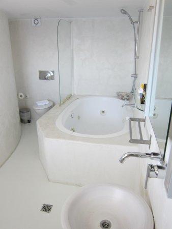 "Rocabella Santorini Hotel & Spa : Badezimmer Honeymooner-Suite ""Windmill"" Room Nr. 19"