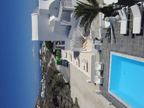 """Rocabella Santorini Hotel: Blick auf den Pool unterhalb von """"Windmill"""""""