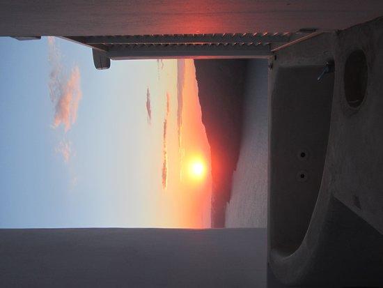 "Rocabella Santorini Resort & Spa: Jacuzzi bei Sonnenuntergang vor ""Windmill"" Room Nr. 19"