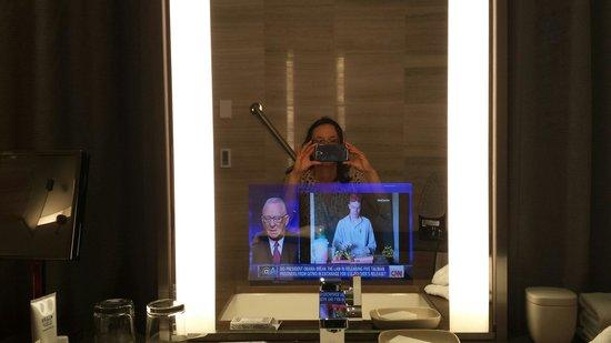 Four Seasons Hotel Toronto : TV in bathroom mirror