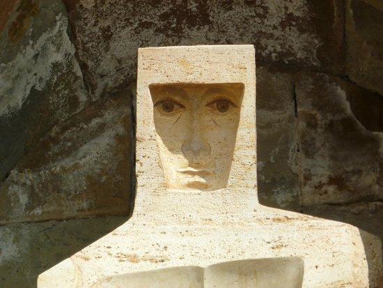 Montserrat Monastery : вогнутая техника- с любой точки кажется, будто он следит за вами глазами