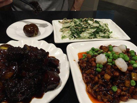 Shanghai Grandmother : Maten till vänster var godast. Vi valde den för att alla hade en sånt mat och åt ☺️
