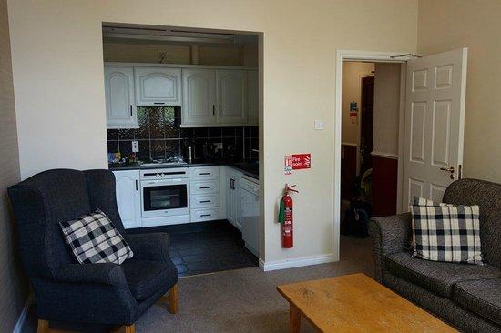 Malone Lodge Hotel & Apartments: Kitchen/Living area