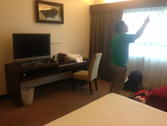 Crown Regency Serviced Suites: Bedroom with individually controlled aircon