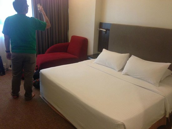 Crown Regency Serviced Suites : Comfy King Bed big enough for 3