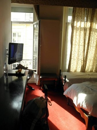 Tonic Hotel Louvre : comfy, bright, tv, ac, view, nice tv!