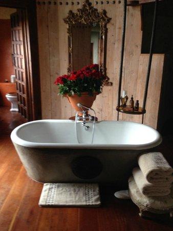 Ngorongoro Serena Safari Lodge: beautiful bathtub