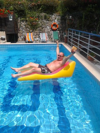 Hotel Club Sorrento: Our amazing lilo & pool area