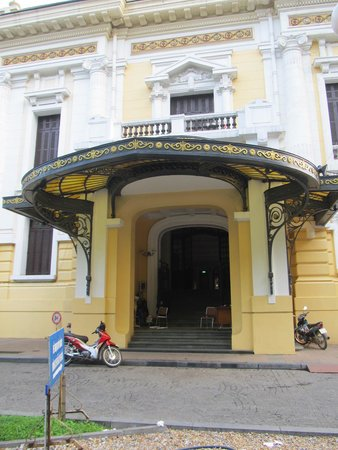 Hanoi Opera House: Side entrance to the building