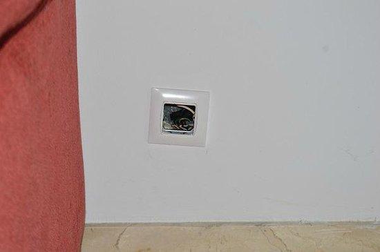 Pueblo El Goleto Aparthotel: Room 37 - uncovered socket in the living room