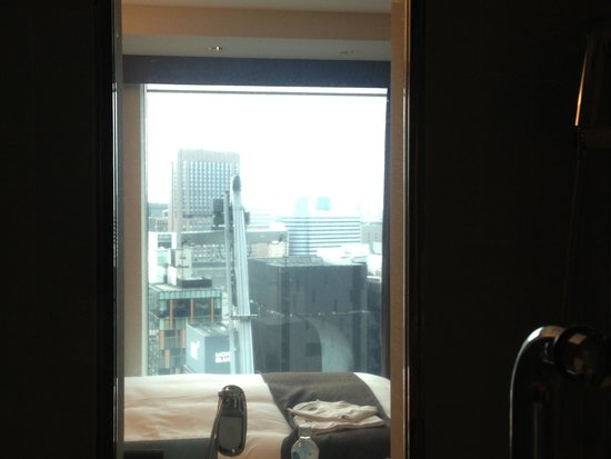 Mitsui Garden Hotel Ginza Premier: The view from my bathroom.