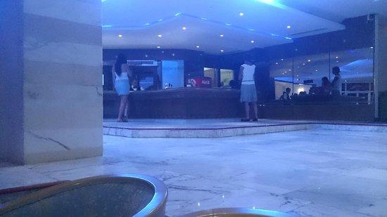 El Mouradi Mahdia : le bar de l'hôtel situé dans le hall bien éclairer