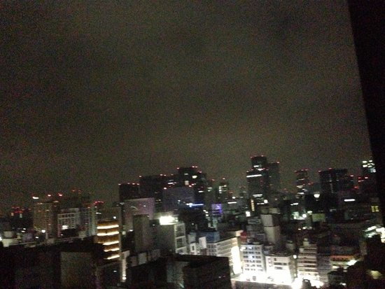 Mitsui Garden Hotel Ginza Premier: 3A.M. Calm and fantastic view. My bed are alongside of so big window. I enjoyed the view from m