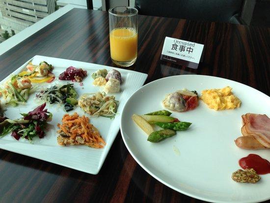 Mitsui Garden Hotel Ginza Premier: Breakfast! Colorful salads.