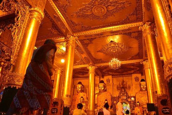 Pagode Shwedagon : Grandma heading in for prayers
